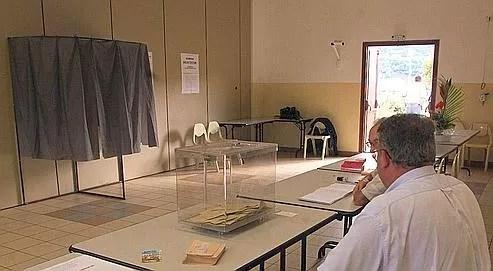 À huit jours du premier tour de scrutin, les instituts de sondages laissent entrevoir un record d'abstention: près d'un électeur sur deux bouderait les urnes le 14mars.