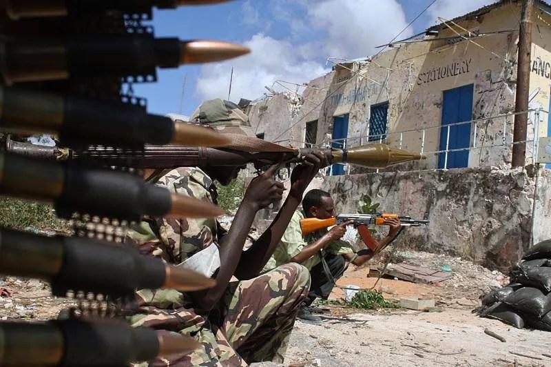 Mercredi 17 mars, des soldats somaliens tiennent position près de Mogadiscio, zone intensive de conflits. L'accord signé lundi à la suite de négociations organisées par l'Union africaine à Addis Abeba, entre le gouvernement de transition (TFG) et le mouvement Ahl Sunna wal Jamaa (ASWJ) constitue un espoir pour le peuple somalien et même pour la communauté internationale toute entière.