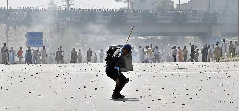 Instant de solitude… Vendredi 19 mars, à Islamabad, ce policier pakistanais s'est retrouvé seul face à des manifestants qui protestaient contre la hausse des prix des transports en commun, à Rawalpindi et à Islamabad. La police a été contrainte d'utiliser des gaz lacrymogènes pour disperser la foule bloquant ainsi le trafic des deux villes.