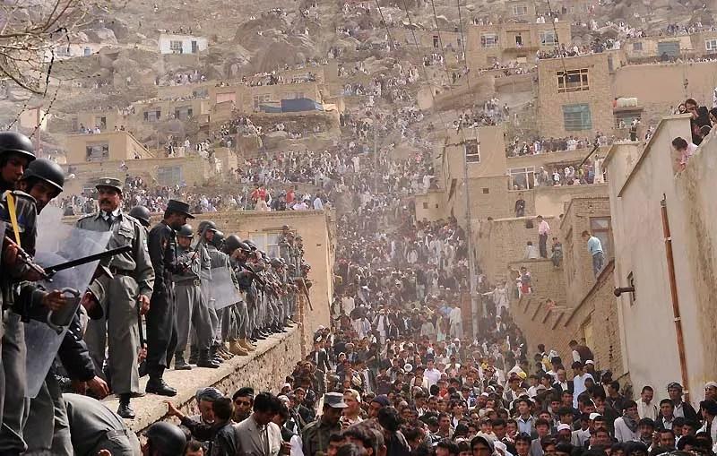 Des policiers afghans montent la garde à l'occasion des célébrations de Norouz, le nouvel an du calendrier iranien, fêté dimanche 21 mars. Malgré la présence des autorités, deux civils ont été tués par l'explosion d'une bombe sur une route dans la province de Khost, au sud-est de Kaboul.