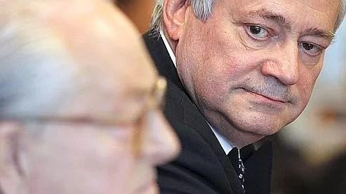 «La compétition n'est pas la guerre», explique le député européen,  rival de Marine Le Pen. Ici aux côtés de Jean-Marie Le Pen, à l'issue  d'un bureau politique du FN, le 12 avril.