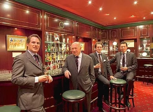 Le duc de Brissac entouré de jeunes membres du Jockey Club.