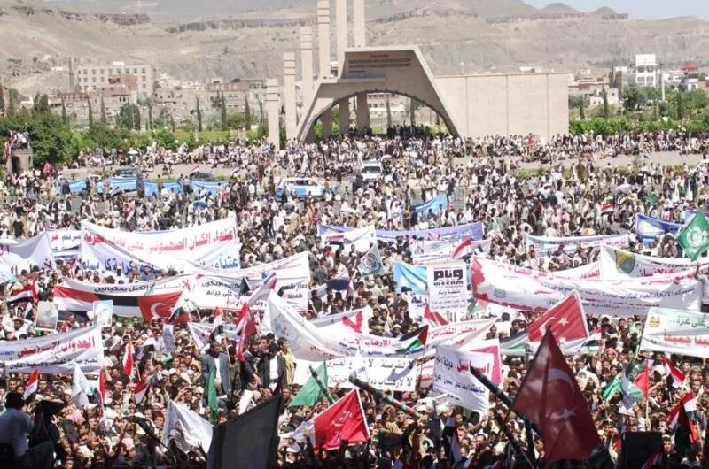 Des dizaines de milliers de Yéménites ont manifesté mardi à Sanaa contre le raid meurtrier. Brandissant des drapeaux turcs et palestiniens, ainsi que des portraits du premier ministre turc Recep Tayyip Erdogan, les manifestants scandaient ''Turquie, Turquie'' et ''Khaybar, Khaybar (du nom d'une victoire des premiers musulmans sur les juifs), ô juifs, l'armée de Mohammad reviendra''. AFP/HUWAIS