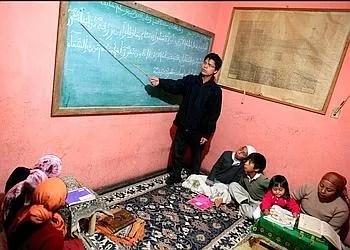 Dans la maison des Chechev, à Nueva Esperanza, Dahud enseigne les sourates du Coran aux enfants. (Axelle de Russé/Le Figaro Magazine)