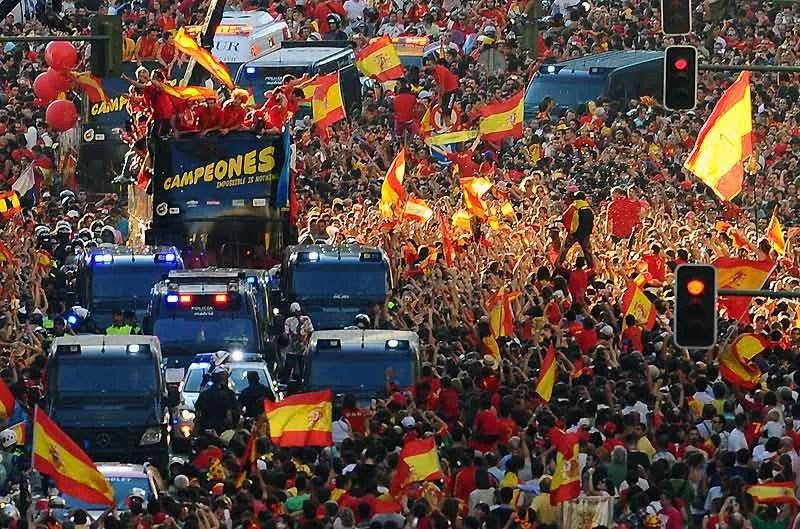 Fête des héros ! Plusieurs centaines de milliers de supporters de la sélection espagnole en liesse ont salué, lundi 12 juillet, à Madrid, les champions du Monde. À bord d'un autobus découvert, les joueurs ont parcouru les grandes rues de la ville en brandissant le trophée.