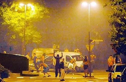 Grenoble, quartier de la Villeneuve, nuit du 16 au 17 juillet. Tirs entre manifestants et forces de l'ordre. Bilan : une trentaine de véhicules calcinés, et des commerces incendiés.