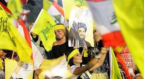 Des supporteurs du Hezbollah, mardi à Beyrouth, pendant l'allocution télévisée de Hassan Nasrallah pour le quatrième anniversaire de la fin de la guerre entre le mouvement chiite et Israël.
