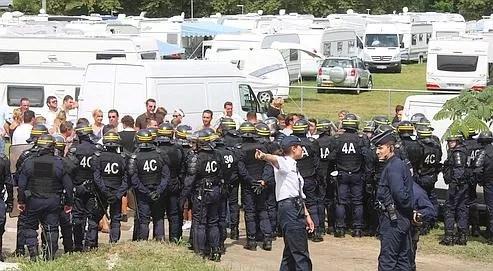 Les occupants du camp d'Anglet (Pyrénées- Atlantiques) se sont opposés vendredi aux CRS venus les évacuer. Ils bénéficient d'un nouveau délai pour quitter les lieux.