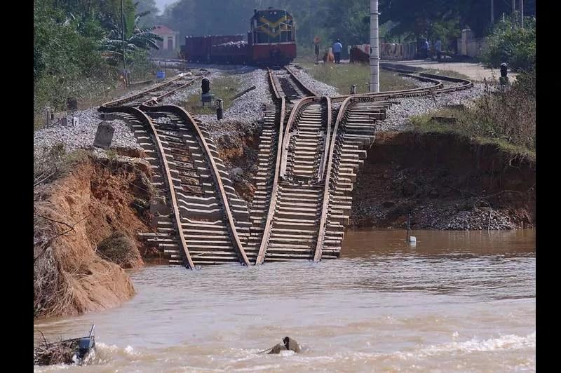 Vendredi 22 octobre, cette ligne de chemin de fer s'est affaissée suite aux récentes inondations qui ont frappé le centre du Vietnam et plus particulièrement la province de Ha Tinh. L'heure est maintenant à la remise en état des infrastructures détruites.