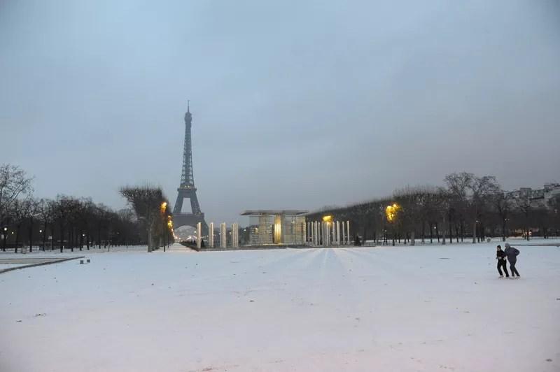 Paris a revêtu son manteau blanc, jeudi 2 décembre au matin, lorsque la neige est tombée sur la capitale. L'épisode neigeux devrait se terminer dans la nuit de jeudi à vendredi, avant un éventuel retour samedi.