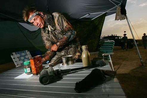 Un homme membre des «Arizona Minutemen» prépare son matériel avant d'aller surveiller la frontière mexicaine. David McNew/Getty Images/AFP