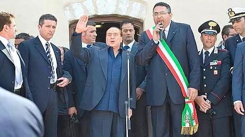 Silvio Berlusconi devant la municipalité de lampedusa. Crédits photo : Antonello Nusca (AP)
