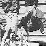Mussolini et Clara Petacci pendus à Milan.
