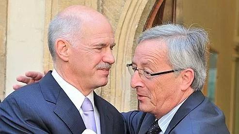 Le premier ministre grec, Georges Papandréou (à gauche), et le président de l'Eurogroupe, Jean-Claude Juncker, vendredi à l'issue d'une conférence de presse commune au Luxembourg.