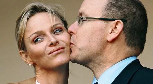 Ils avaient choisi l'Afrique du Sud, pays natal de la jeune mariée, pour leur lune de miel. Mais, une semaine à peine après la noce, Charlène de Monaco a dormi seule… à 16 km de son prince. Lorsque des photographes ont demandé au couple de s'embrasser, Charlène a détourné la tête, n'offrant que sa joue à un chaste baiser.