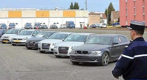 Un gendarme présente, à Lucé près de Chartres, les véhicules saisis lors d'une opération anti-drogue en 2010.