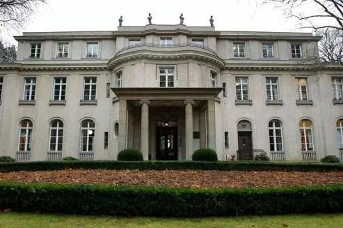 Le 20 janvier 1942, quinze hauts responsables nazis ont mis en place au cours d'une réunion dans cette villa cossue située au bord du lac de Wannsee, la déportation des Juifs d'Europe et leur extermination.