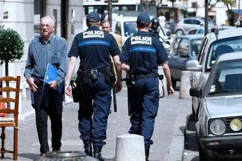 Des policiers municipaux patrouillent dans le centre-ville de Saint-Germain-en-Laye en juin 2008.