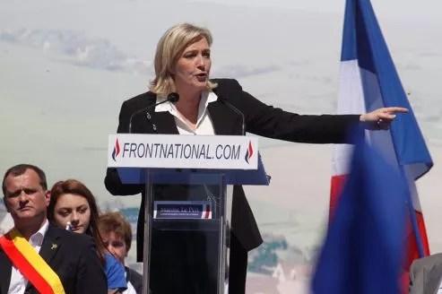 Marine Le Pen prononce un discours, à l'occasion de la fête de Jeanne d'Arc, place de l'Opéra, le 1er mai.