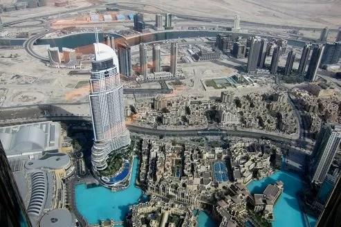 La tour Burj Khalifa, plus haute tour du monde, qui abrite un restaurant avec vue panoramique à plus de 800 mètres de hauteur sur l'île artificielle de Palm Island.