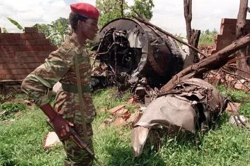 Un membre du Front patriotique rwandais marche parmi les décombres de l'avion présidentiel, en mai 1994.