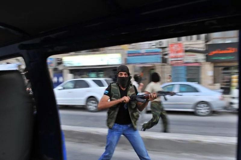 <strong>Syrie. </strong>De nouveaux combats secouent Alep, deuxième ville de Syrie où les quartiers rebelles sont mitraillés par des hélicoptères ce mardi, rapporte l'Observatoire syrien des droits de l'homme (OSDH). Un responsable du conseil militaire rebelle syrien a affirmé ce lundi que les insurgés avaient «libéré» plusieurs quartiers d'Alep. Néanmoins, l'armée syrienne contrôle la plus grande partie de Damas depuis ce week-end .