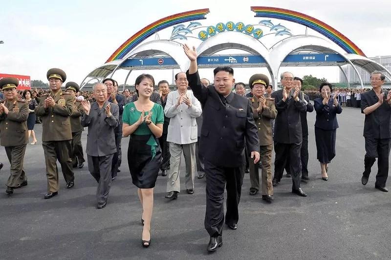 Le dirigeant de la Corée du nord, Kim Jong-un, a officiellement présenté sa femme Ri Sol-ju mercredi, lors de l'inauguration d'un parc de loisirs à Pyongyang.