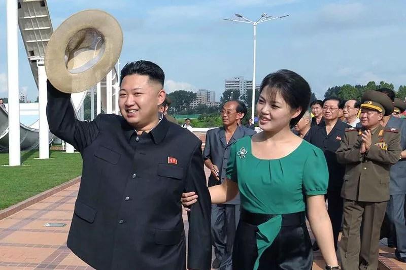 Les spéculations allaient bon train quant à l'identité de la jeune femme, qui apparaissait régulièrement aux côtés du dirigeant. La télévision officielle a mis fin au suspense mercredi <a href=''http://www.lefigaro.fr/international/2012/07/25/01003-20120725ARTFIG00528-la-premiere-dame-de-kim-jong-un-sort-de-l-ombre.php'' target=''''>en présentant «la camarade Ri Sol-ju» comme son épouse</a>. Nul ne connaît la date du mariage, ni s'ils ont des enfants.