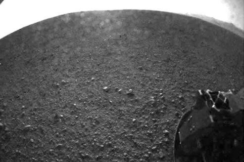 Une des premières photos envoyées par Curiosity après son atterrissage sur Mars.