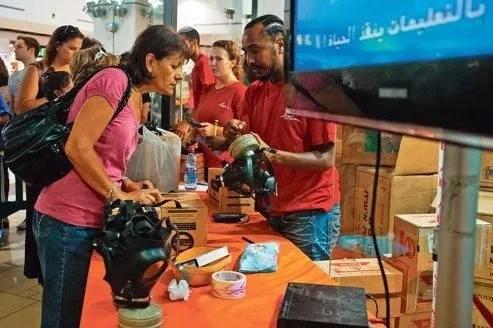 Des employés des services postaux tiennent un centre de distribution de masques <br/>à gaz dans un centre commercial de Jérusalem.