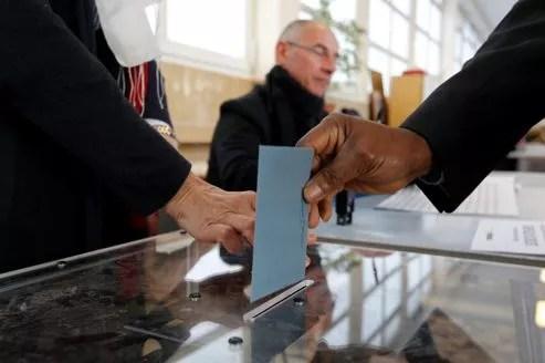 Scrutin dans une école du boulevard Berthier à Paris, transformée en bureau de vote.