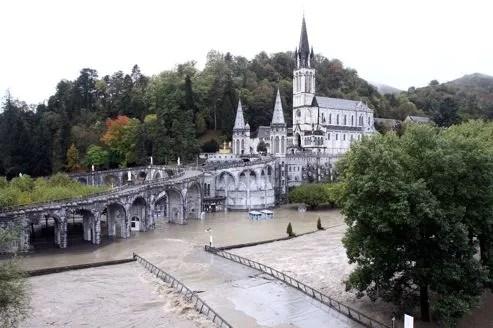 Le quartier de la basilique de Lourdes a été touchée par les inondations.