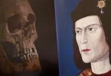 Le crâne découvert à gauche, un portrait posthume à droite.