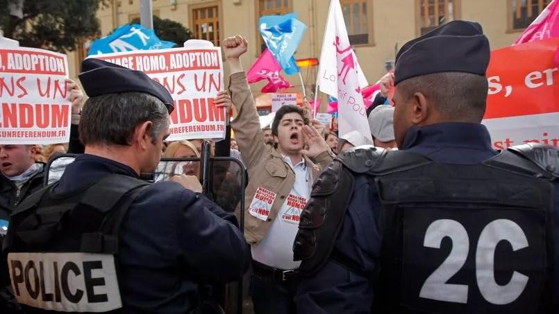 Mobilisation surprise réclamant un référendum pour le mariage homo, à la gare de Marseille St-Charles, le 2 avril 2013.