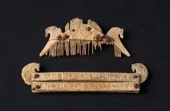 Un peigne triangulaire et son étui en bois de cerf, typique de Germanie et du nord de la Gaule.
