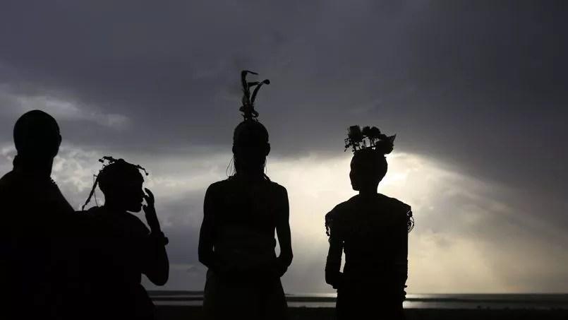 Des femmes turkanas sont au spectacle au-dessus du Parc National Sibiloi, au Kénya. Une immense clameur s'est élevée lorsque le ciel s'est obscurci.