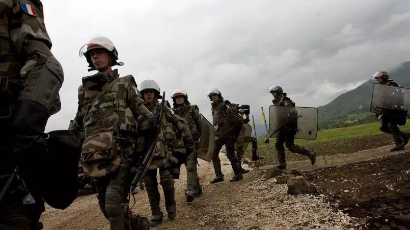 Soldat français de la Kfor au Kosovo, près de la frontière avec la Serbie, en 2008.