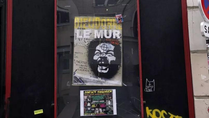 Une affiche du spectacle de Dieudonné devant le Théâtre de la Main d'or, dans le XIe arrondissement de Paris.