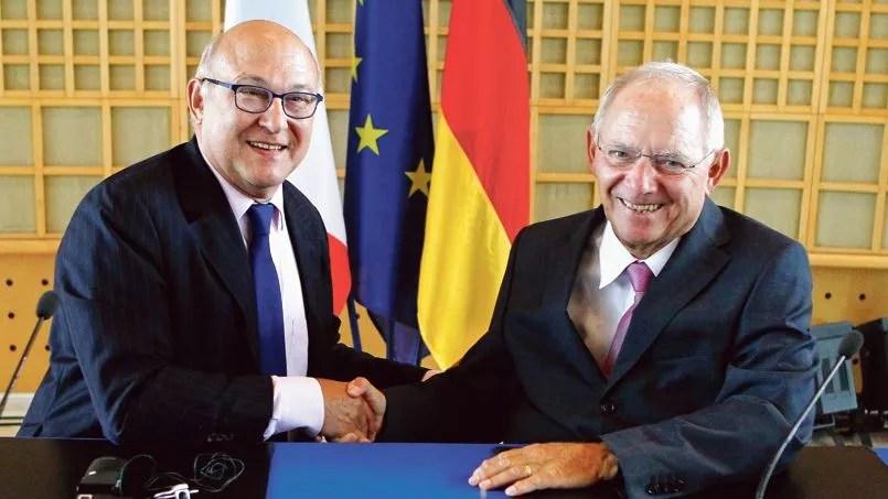 Le ministre des Finances français Michel Sapin et son homologue allemand Wolfgang Schäuble, lors d'une conférence de presse à Paris en août 2014.