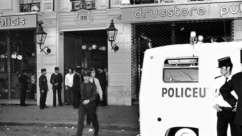 Photo prise le 15 septembre 1974 à Paris, de policiers s'affairant après l'attentat contre le drugstore Publics, à l'angle de la rue de Rennes et du boulevard Saint-Germain.
