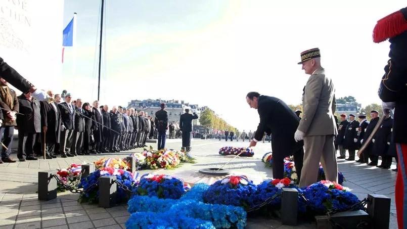 Sous l'Arc de Triomphe, le président a déposé une gerbe de fleurs, puis a ravivé la flamme sur la tombe du soldat inconnu.
