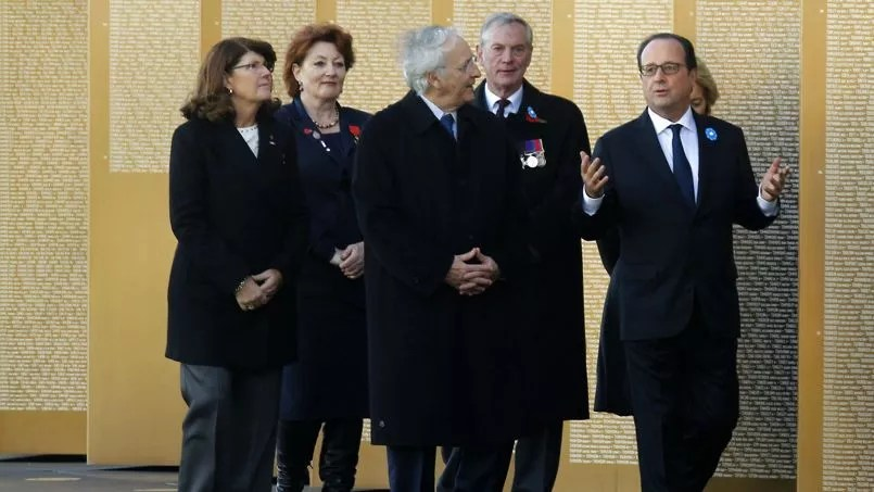 Le chef de l'Etat ici avec Daniel Percheron, président PS de la région Nord-Pas-de-Calais, a découvert l'imposant monument conçu par l'architecte Philippe Prost et composé de 500 plaques d'acier qui portent le nom de 579.606 soldats.