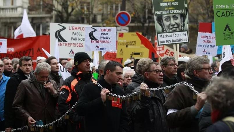 A Paris, le cortège s'est élancé à 10h pour une marche d'1,5 km jusqu'au ministère des Finances, près duquel ont été accrochés, un peu partout, des cadenas, symboles de cette contestation visant à «décadenasser» l'entreprenariat.
