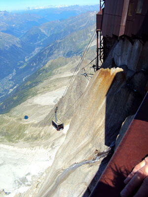 <The cable car to l'Aguille du Midi on the Mont Blanc mountain range in Chamonix, France.>