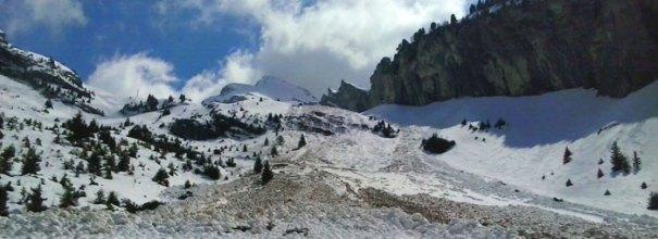 <Photo of an avalanche at the bottom of La Balme, La Clusaz, in April 2013>