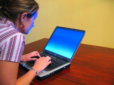 640px-Woman-typing-on-laptop