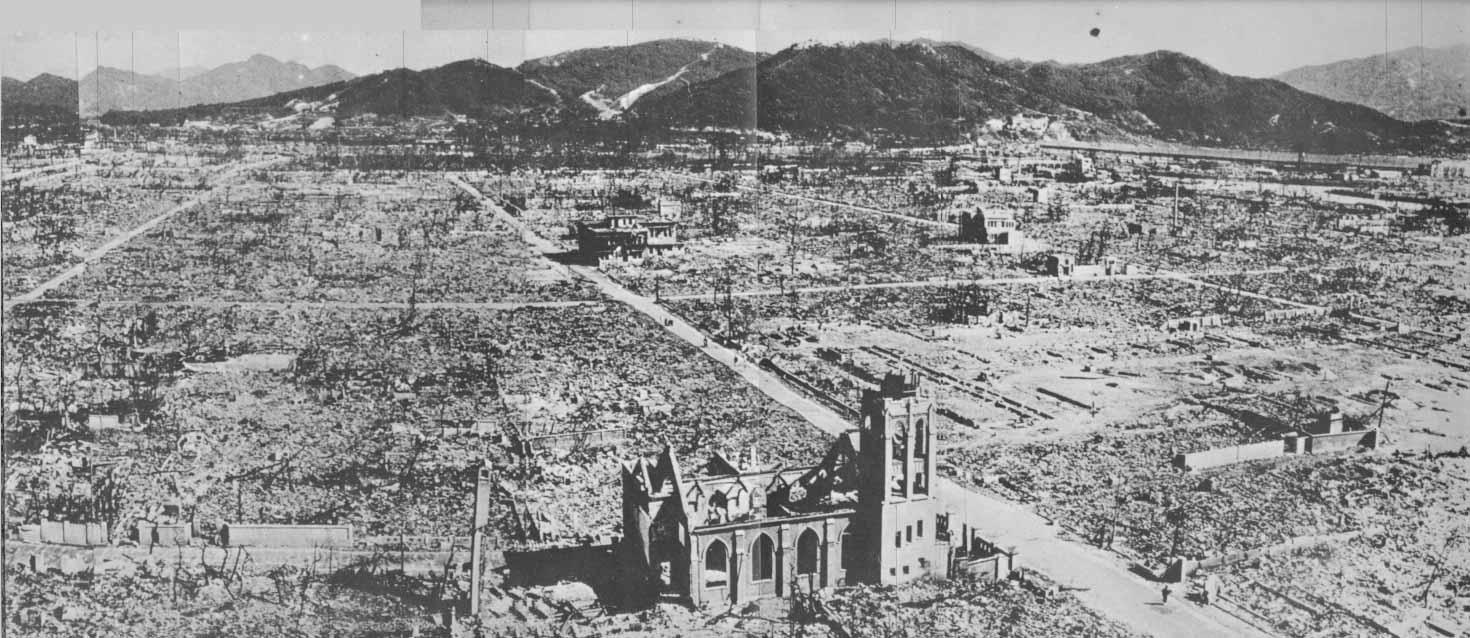 """Il mattino del 6 agosto 1945 alle 8.16, l'Aeronautica militare statunitense lanciò la bomba atomica """"Little Boy"""" sulla città giapponese di Hiroshima, seguita tre giorni dopo dal lancio dell'ordigno """"Fat Man"""" su Nagasaki."""