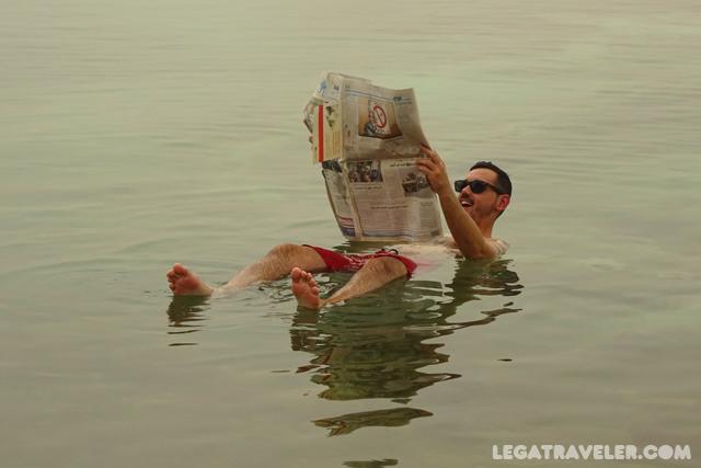 Flotando en el Mar Muerto Jordania