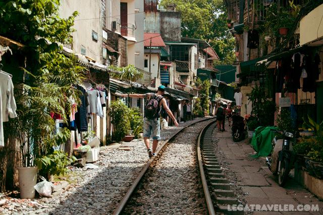 que-ver-y-hacer-en-vietnam-hanoi-street-train