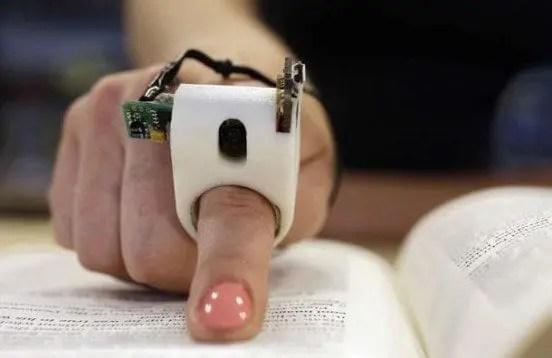 FingerReader: dispositivo che aiuta ciechi a leggere con il tocco di un dito